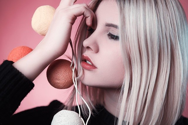 femme blonde de profil